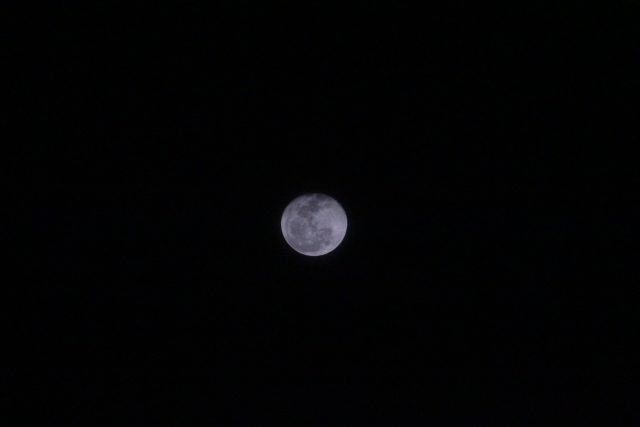 Canon EOS Kiss X4  EF-S55-250mm f/4-5.6 ISで望遠端で撮影した月