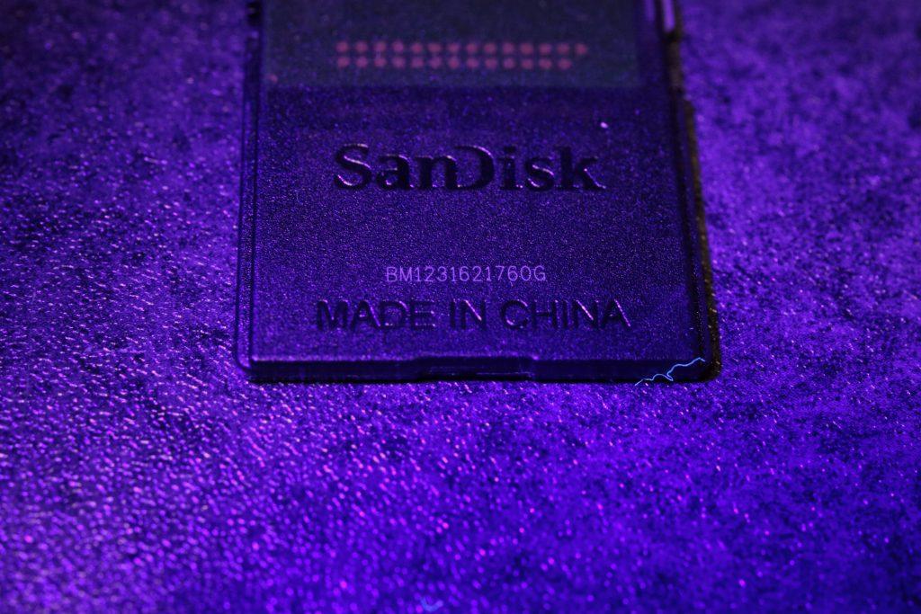 ブラックライトでSDカードのシリアルナンバーが浮き出てとても見易くなる。